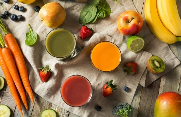 W wyciskarce wolnoobrotowej Kuvings można wyciskać klarowne i pełne składników odżywczych soki z bardzo twardych warzyw korzeniowych jak też miękkich owoców czy zielonych liści